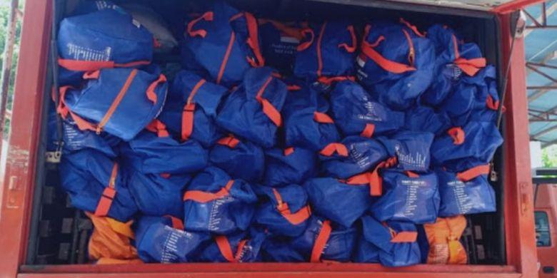 Adapun bantuan yang diberikan Pemprov Sulut meliputi matras 100 lembar, selimut 100 lembar, kain sarung 400 lembar, karung 2.000 lembar, sarung tangan, perlengkapan dapur, makanan siap saji, lauk pauk, masker dan lain-lainnya.