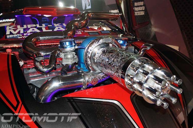 Toyota Yaris karya Kupu-kupu Malam, menggunakan mesin konvensional yang sudah dimodifikasi dan penggerak listrik di belakang.
