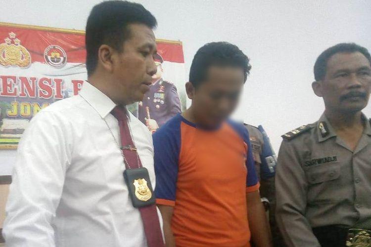 KHS (36), Guru SDN terduga pelaku kasus pencabulan terhadap 2 anak SD, didampingi Kasat Reskrim Polres Jombang, AKP Gatot Setyo Budi (kiri) dan Kasubbag Humas Polres Jombang, Iptu Sarwiaji (Kanan)
