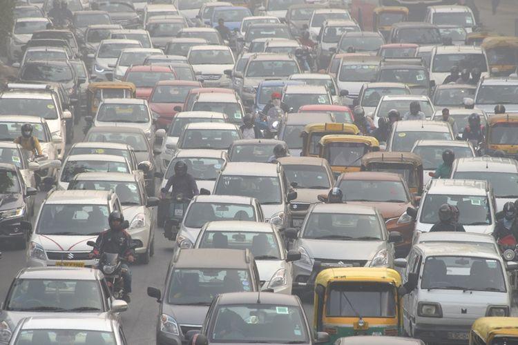 Situasi lalu lintas di salah satu ruas jalan di New Delhi, India, yang padat dan berpolusi tinggi.