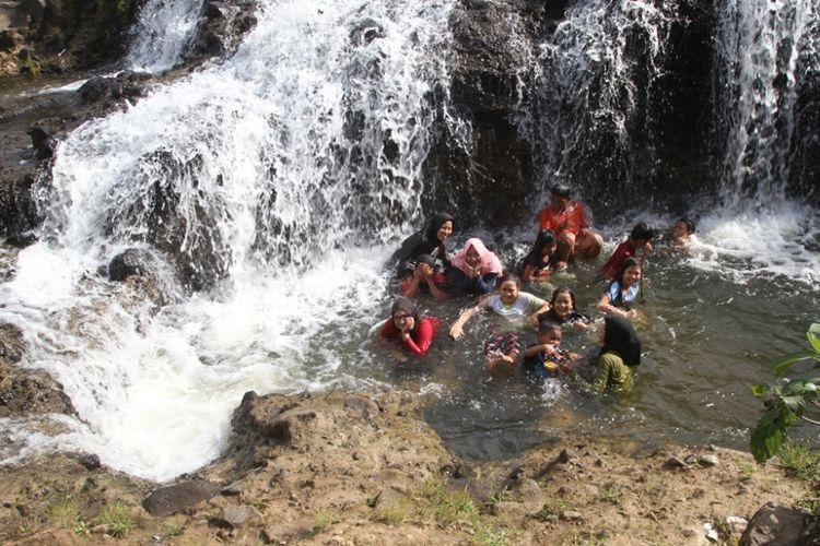 Pengujung mandi di Sungai Rayap, Desa Panton Rayeuk Sa, Kecamatan Kuta Makmur, Kabupaten Aceh Utara, Aceh