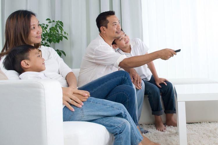 Ilustrasi keluarga yang sedang menonton televisi di rumah.