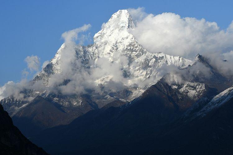 Foto Gunung Ama Dablam yang memiliki ketinggian 6.812 meter, bagian dari Pegunungan Himalaya.