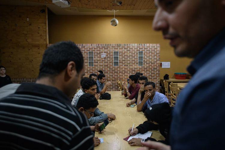Sejumlah pencari suaka asal Yaman berkumpul di sebuah hotel di Pulau Jeju.