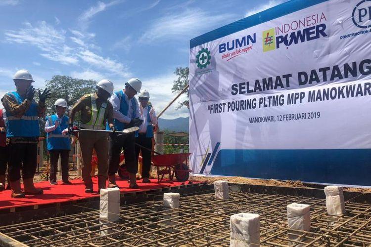 Pengecoran perdana pembangunan Pembangkit Listrik Tenaga Mesin Gas (PLTMG) Mobile Power Plant (MPP) Manokwari Satu di Kampung Andai, Distrik Manokwari Selatan, Kabupaten Manokwari, Selasa (12/2/2019).
