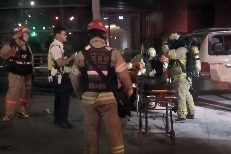 Foto yang dirilis Departemen Pemadam Kebakaran Jongro, menunjukkan saat petugas pemadam kebakaran mengangkut pria Korea Selatan yang melakukan aksi bakar diri di depan Kedubes Jepang di Seoul, Jumat (19/7/2019), ke rumah sakit.