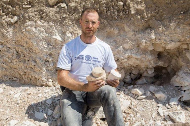Yonatan Adler berada di situs penemuan bengkel bejana batu di Reina, Galilea, Israel.