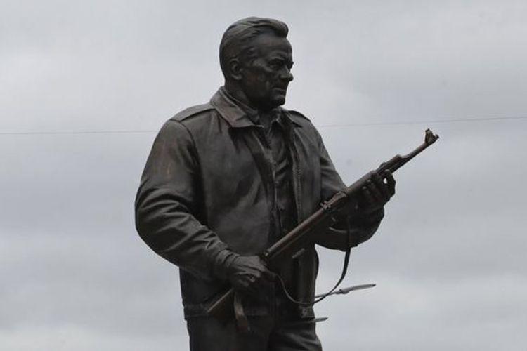 Monumen Kalashnikov di Moskwa didirikan sebagai penghormatan terhadap perancanang senapan serbu AK-47, Mikhail