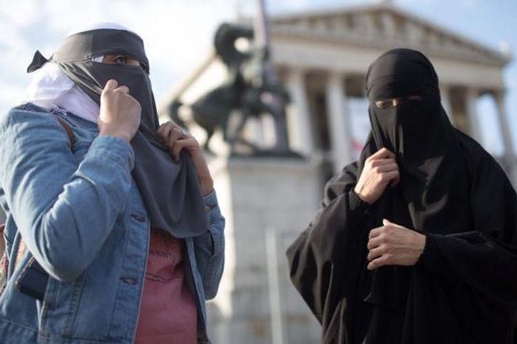Aksi unjuk rasa menentang larangan burka dan niqab berlangsung di ibu kota Wina pada hari pemberlakukan undang-undang.