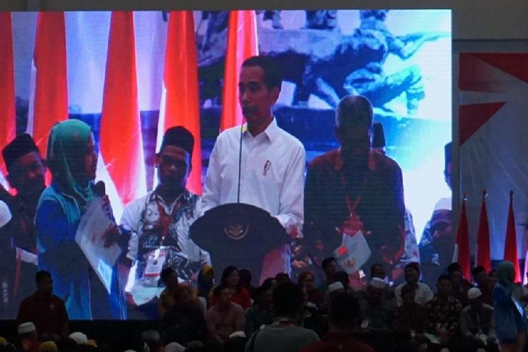 Presiden Joko Widodo dengan Mariah, asal tambun, saat pembagian sertifikat tanah di Cikarang, Kabupaten Bekasi, Jumat (25/1/2019).