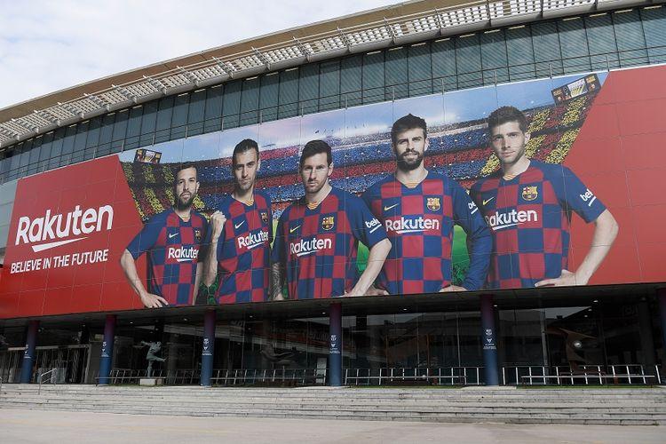 Sebuah gambar menunjukkan pintu masuk kosong ke stadion Camp Nou di Barcelona pada 13 Maret 2020 setelah La Liga mengatakan dua divisi teratas Spanyol akan ditangguhkan setidaknya selam dua minggu karena wabah virus corona.