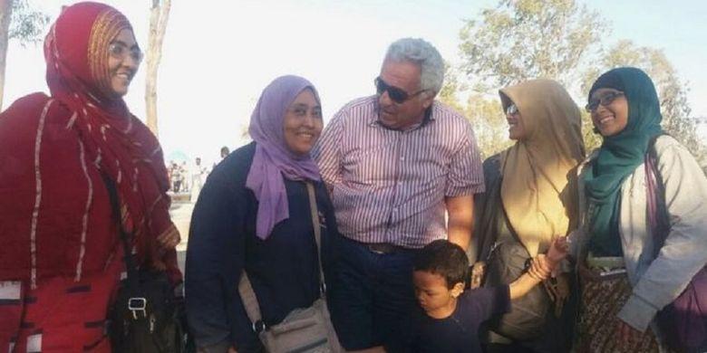 WNI yang berada di kamp pengungsi Suriah bersama petugas kamp, Omar Allouche (tengah).