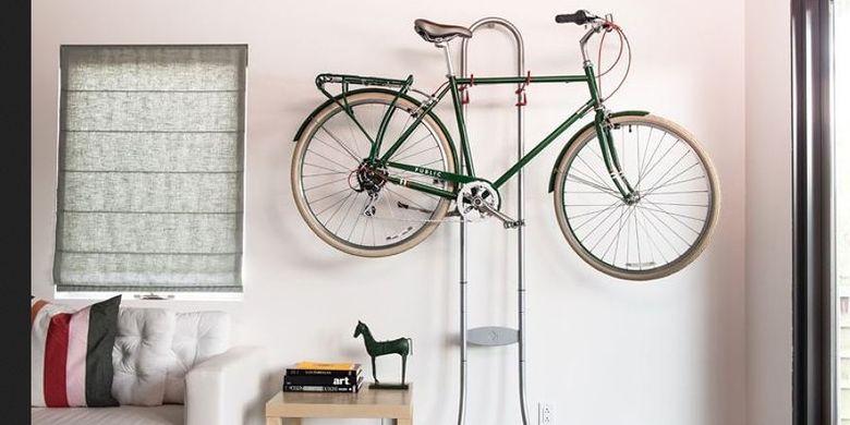 Daripada membuang-buang uang parkir sepeda, kenapa tidak memarkir sepeda kesayangan Anda di dinding apartemen Anda sendiri?