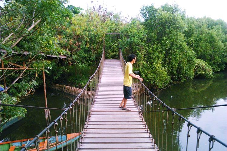 Salah satu tempat foto favorit wisatawan di Hutan Mangrove Angke.