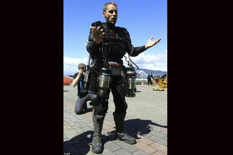Seorang penemu asal Inggris Richard Browning terangkat dari pantai Vancouver Harbour, Kamis (27/4/2017), dengan jas terbang pribadi yang diilhami aksi di komik superhero Iron Man.