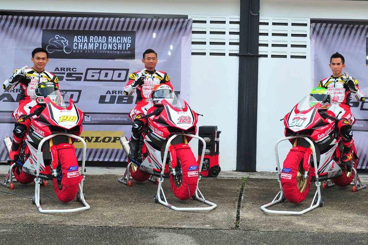 Pebalap Astra Honda Racing Team, siap terjun di kejurnas balap 250 cc Indospeed Race Series 2017 menggunakan Honda CBR250RR.