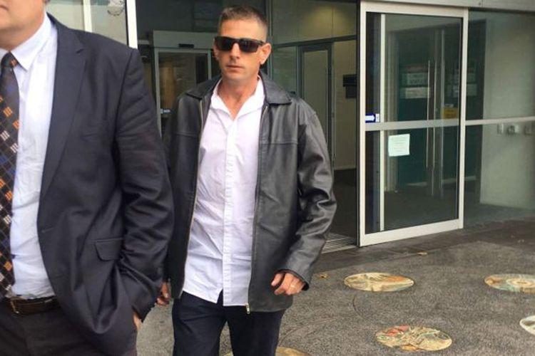 Adam David Peters di luar gedung pengadilan Fremantle.