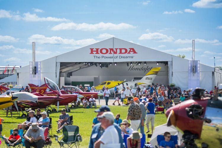Honda Jet menerima penghargaan atas inovasi teknologi.