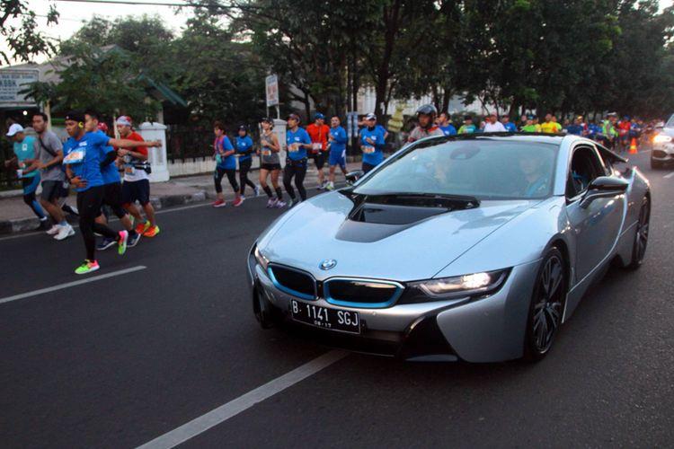 BMW i8 saat menjadi Lead Car di event Marathon di Bandung.
