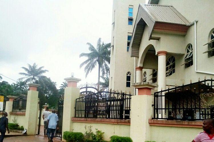 Gereja Katolik St. Philip di Ozubulu, Nigeria selatan, yang menjadi sasaran penembakan pada Minggu (6/8/2017). Orang tak dikenal membunuh setidaknya 11 orang jemaat dan melukai 18 orang lainnya.