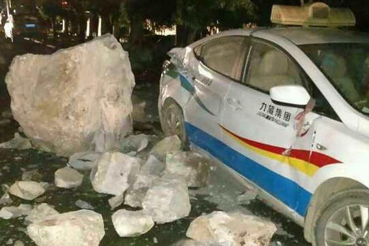 Sebuah taksi rusak akibat gempa bumi di wilayah Jiuzhaigou, China.