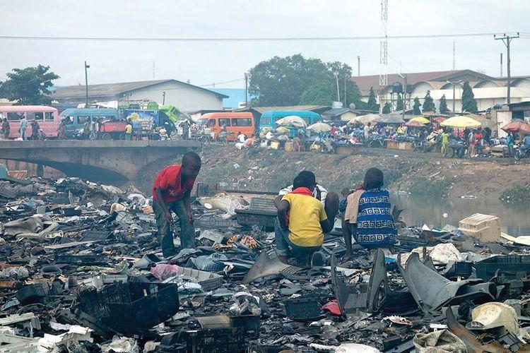 Pemandangan tempat pembuangan limbah di Lagos, Nigeria