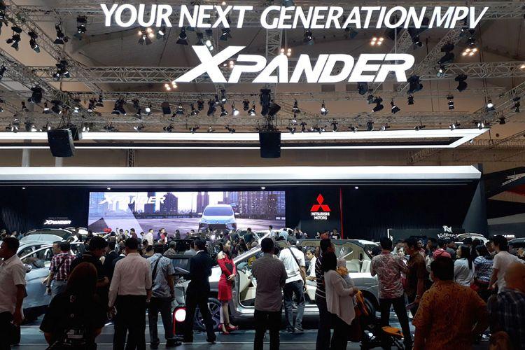 Booth Mitsubishi penuh sesak dengan pengunjung yang penasaran dengan Xpander.