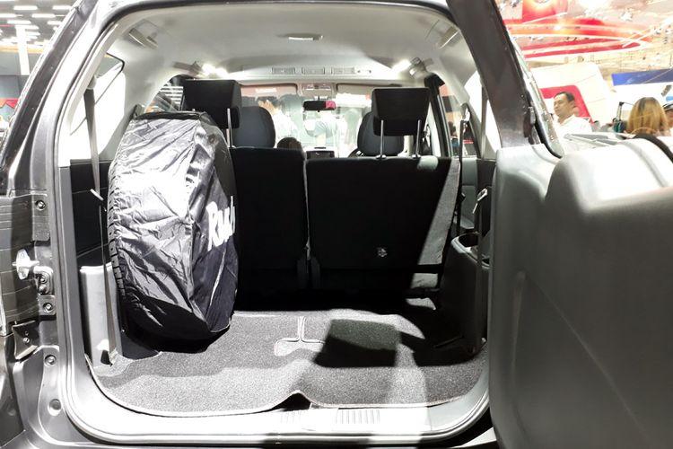 Ban cadangan dipindah ke bagasi dan mengorbankan bangku baris ketiga. Terlihat dari sabuk pengaman yang masih muncul.