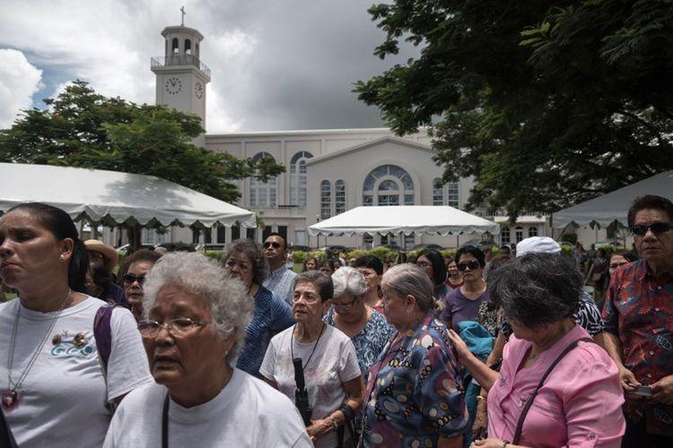 Umat Katolik di Guam, berkumpul di Ibu Kota Hagatna untuk menghadiri acara doa bersama untuk perdamaian, Minggu (13/8/2017).