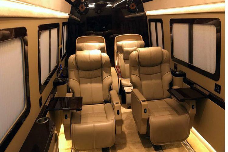 Suasana interior hasil modifikasi BAV Lexury Auto Design di GIIAS 2017.