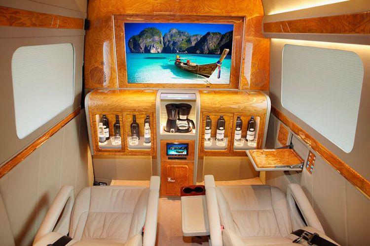 Desain dengan bar dan TV besar.