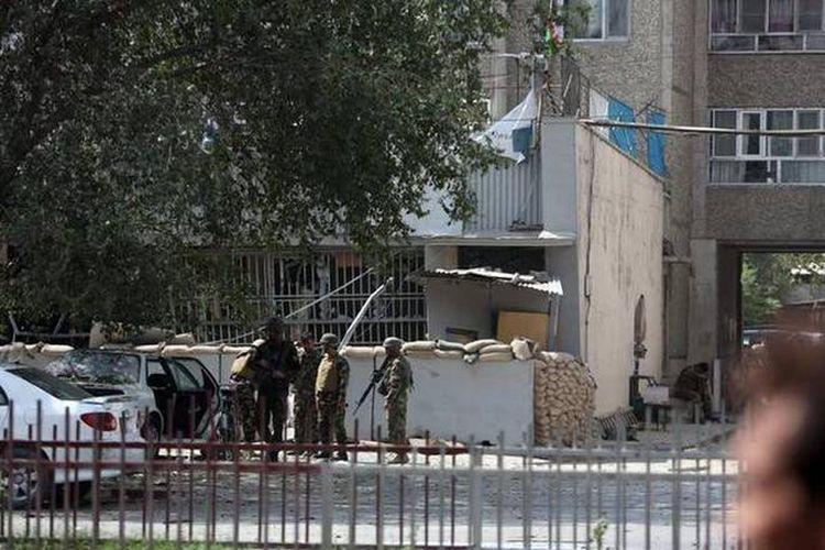 Petugas keamanan Afganistan berjaga di lokasi ledakan di dekat sebuah bank di Kabul, Afganistan, pada hari Selasa (29/8/2017). Kedutaan Besar AS dan markas besar NATO berjarak sekitar 500 meter dari lokasi itu.