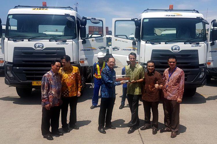 UD Trucks menyerahkan 20 unit truk pendukung usaha logistik kepada Puninar Logistics.