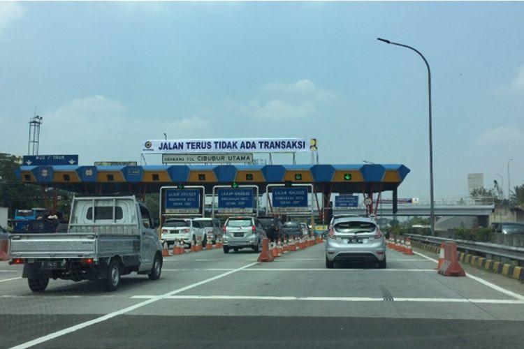 Gerbang Tol Cibubur Utama pada hari pertama penerapan tarif baru Tol Jagorawi.