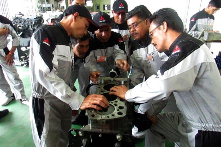 Para mekanik Mitsubishi Fuso sedang mengikuti kontes.