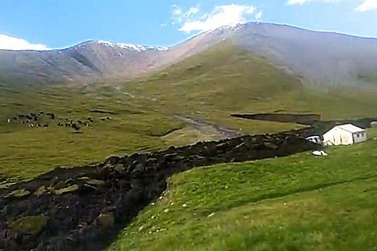 Tanah longsor yang mengalir seperti lava di desa Dimye.