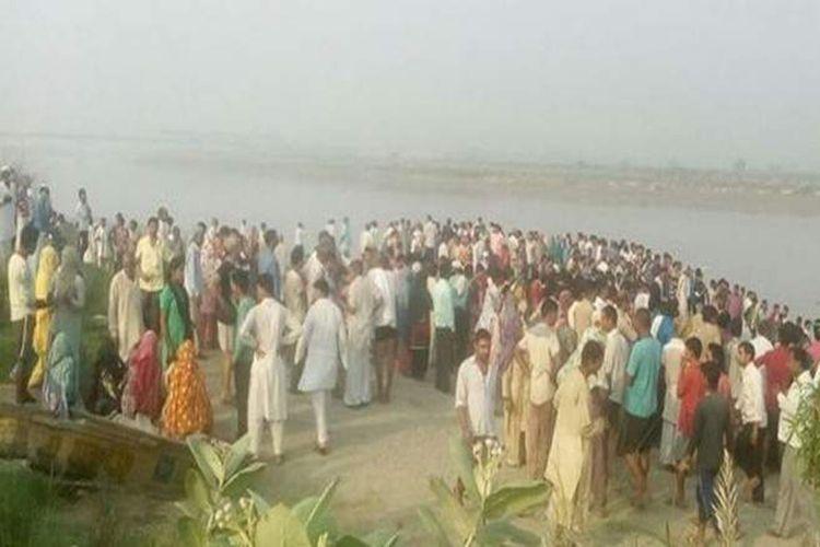 Warga menyaksikan lokasi kecelakaan kapal yang sedikitnya menewaskan 20 orang pada hari Kamis (14/9/2017), di Sungai Yamuna di India utara.