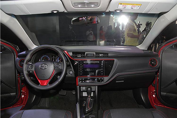 Toyota corolla Altis X di bagian dalam ada aksen merah.