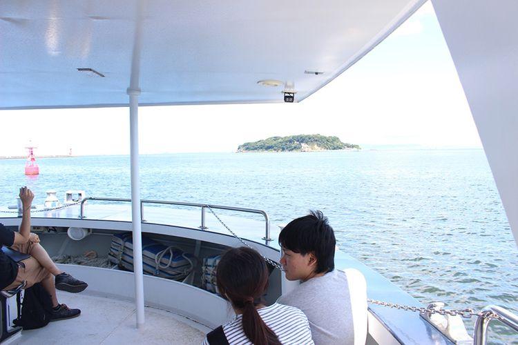 Tempat penjualan tiket terletak di dekat Dermaga Mikasa. Perjalanan laut dari sini ke pulau Saru-shima memakan waktu sekitar 10 menit.