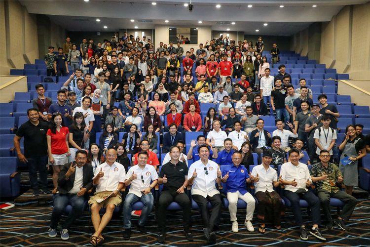 Ferrari Owners Club Indonsia (FOCI) berbagi kisah sukses mereka ke mahasiswa di kampus Bina Nusantara (Binus) di Alam Sutera, Tangerang, Sabtu (16/10/2017).