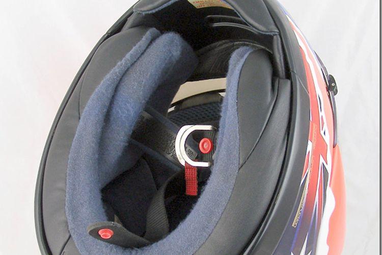 Model pengait helm double D ring, dianggap paling aman. Model ini digunakan para pebalap.
