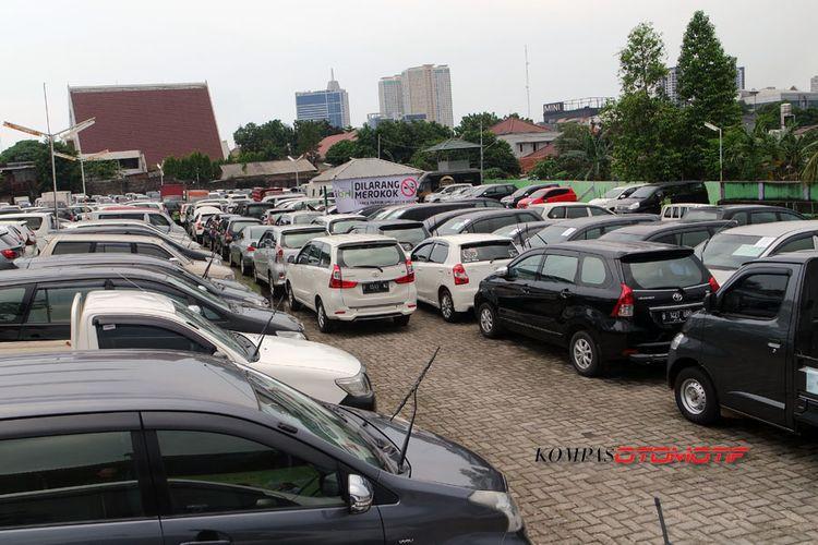 Mobil-mobil di gudang Balai Lelang Ibid.