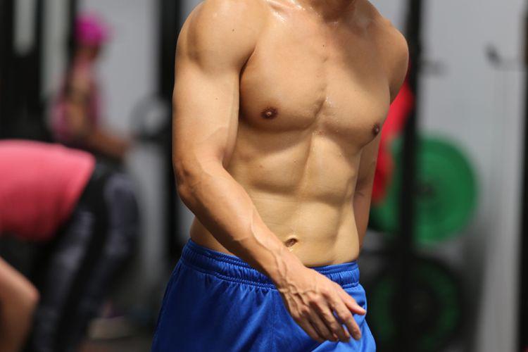 Otot perut pada pria yang melakukan olah tubuh secara rutin.