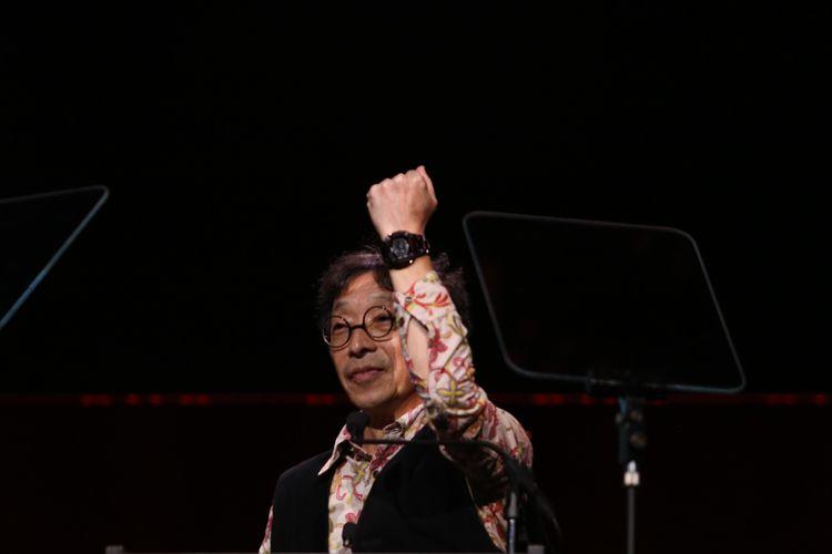 Kikuo Ibe memberi kejutan kepada tamu undangan di acara pesta peringatan 35 tahun G-Shock di Madison Square Garden, New York, dengan sebuah prototipe G-Shock yang memakai bahan terapuh, kristal safir.