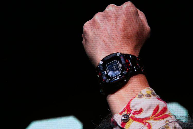 Monitor di belakang panggung teater Madison Square Garden, New York, menunjukkan gambar tangan kiri Kikuo Ibe yang dibalut G-Shock prototipe berbahan kristal safir.