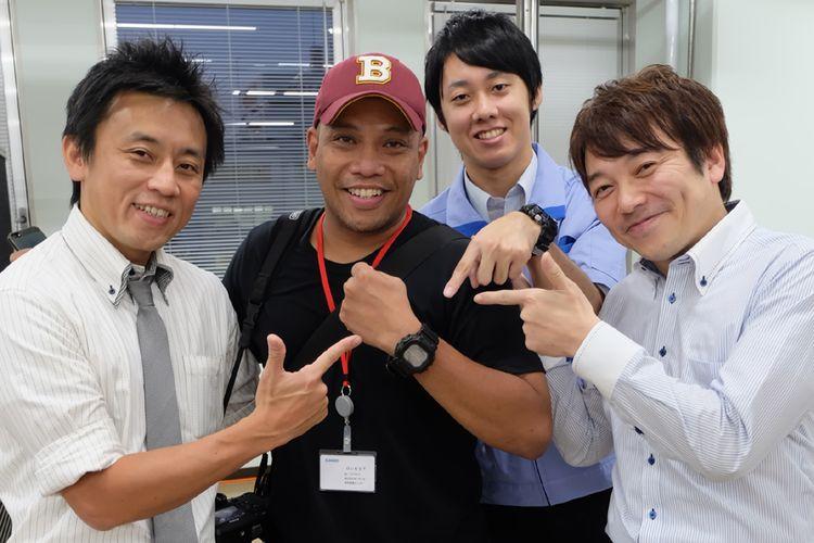 Shinji Saito (berdasi) dan dua teknisi utama Casio, Atsushi Oyama, dan Ryoji Abe bersama Kompas.com, di Laboratorium R&D G-Shock di Hamura, Tokyo, Jepang. Saito juga adalah perancang G-Shock berukuran paling besar, yakni tipe GX56 yang dikenakan Kompas.com.