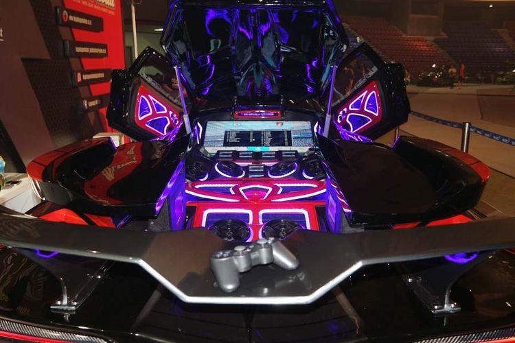 Sistem audio yang berada di atas motor listrik dan baterai sebagai penggerak cadangan mobil rancangan Kupu-kupu Malam.