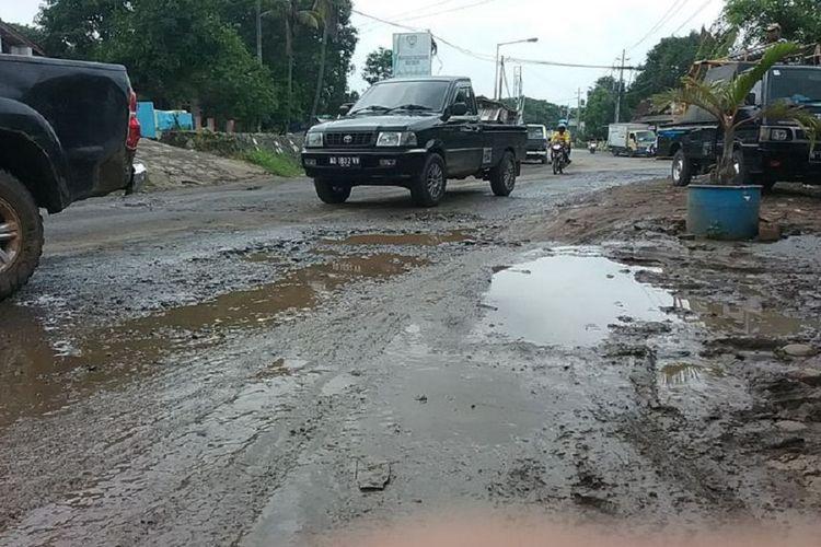 Kondisi Jl Kyai Haji Kasyim Asyari, Kendal, Jawa Tengah. rusak parah.