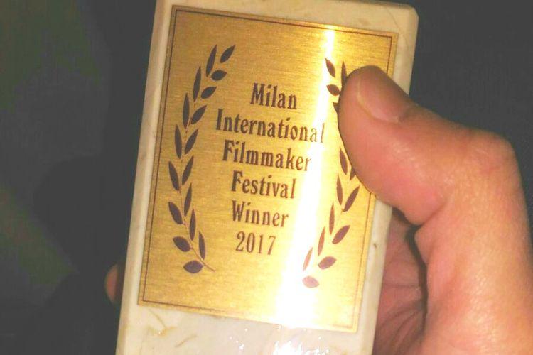 Trofi penghargaan film animasi terbaik dalam Milan International Filmmaker Festival 2017 yang diterima film Battle of Surabaya.