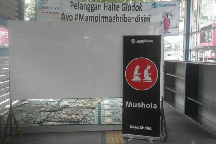 Kondisi mushola di Halte Transjakarta Glodok, Jakarta Barat.